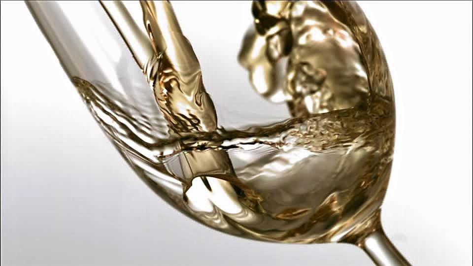 302827267-vino-bianco-bicchiere-da-vino-versare-da-bere-zampillare